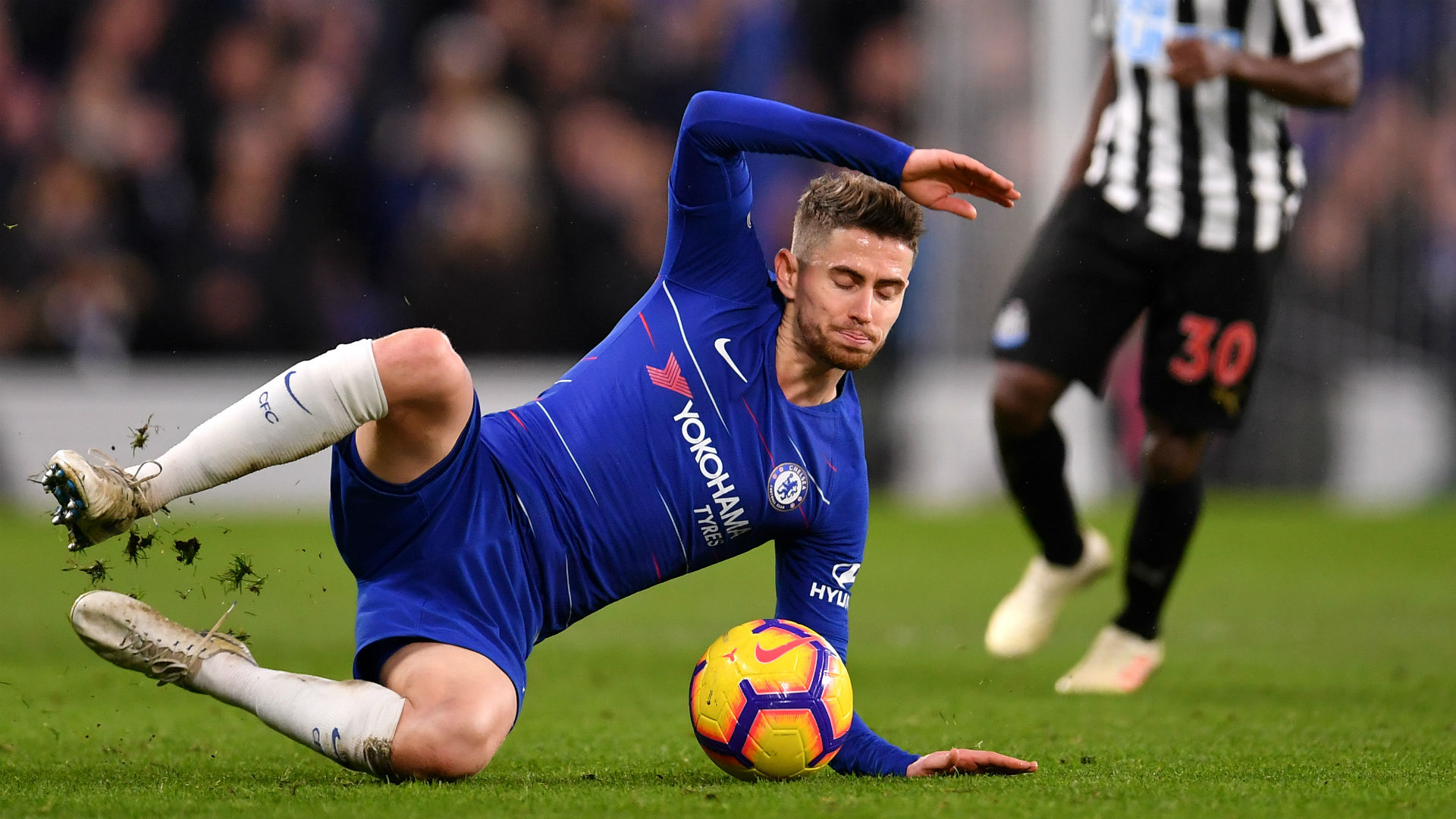 After Cesc Fabregas left the club and Jorginho endured a difficult game against Newcastle, Maurizio Sarri wants midfield reinforcements.