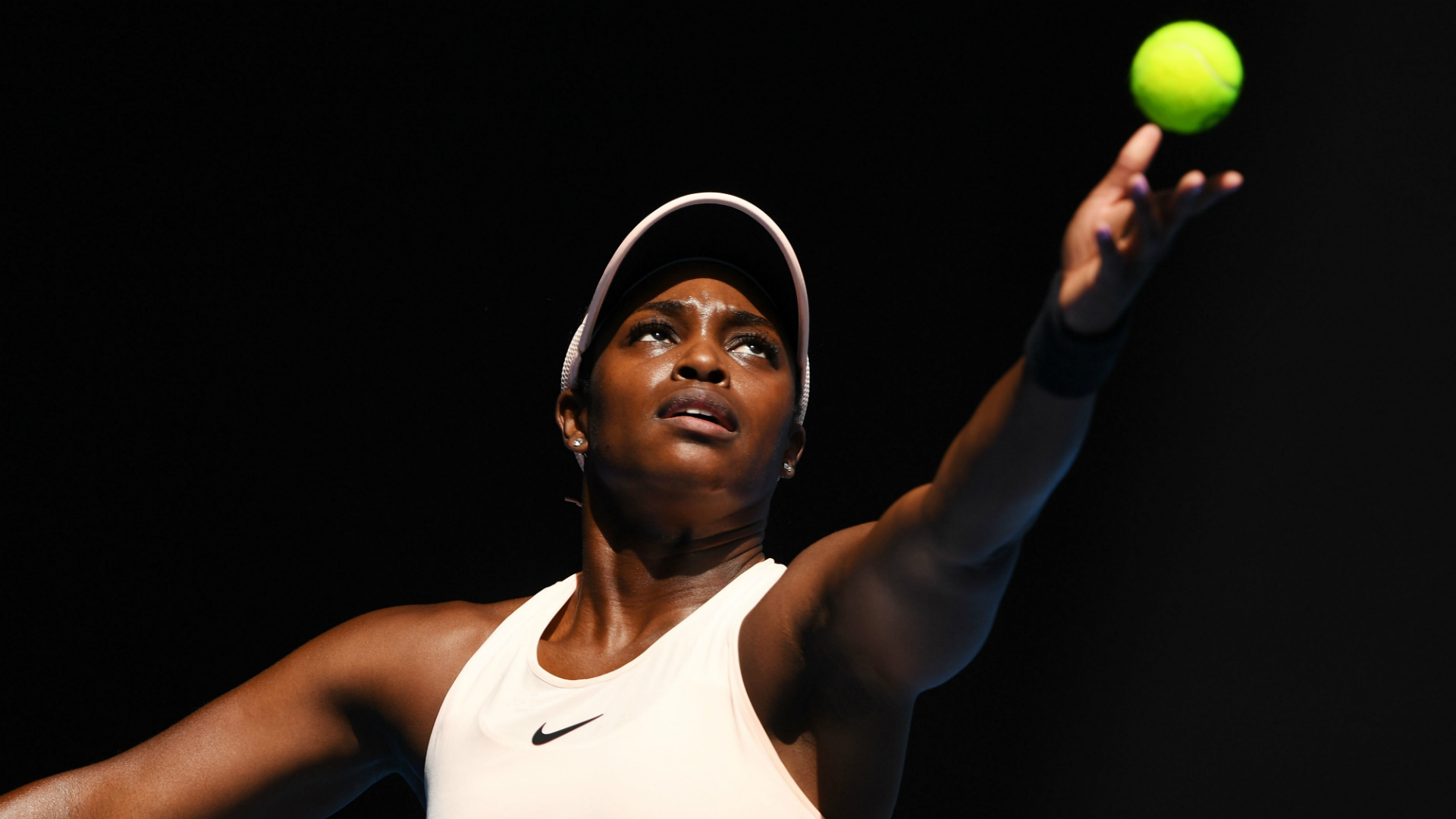 US Open champion Sloane Stephens advanced in Acapulco thanks to Wednesday's 5-7 7-6 (8-6) 6-0 victory over Dutch qualifier Arantxa Rus.