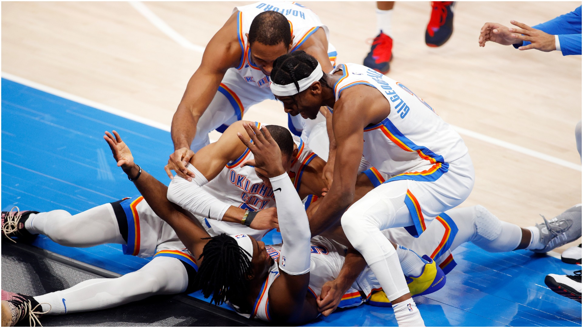 The Oklahoma City Thunder celebrated victory on Wednesday thanks to a three-pointer at the buzzer by Luguentz Dort.