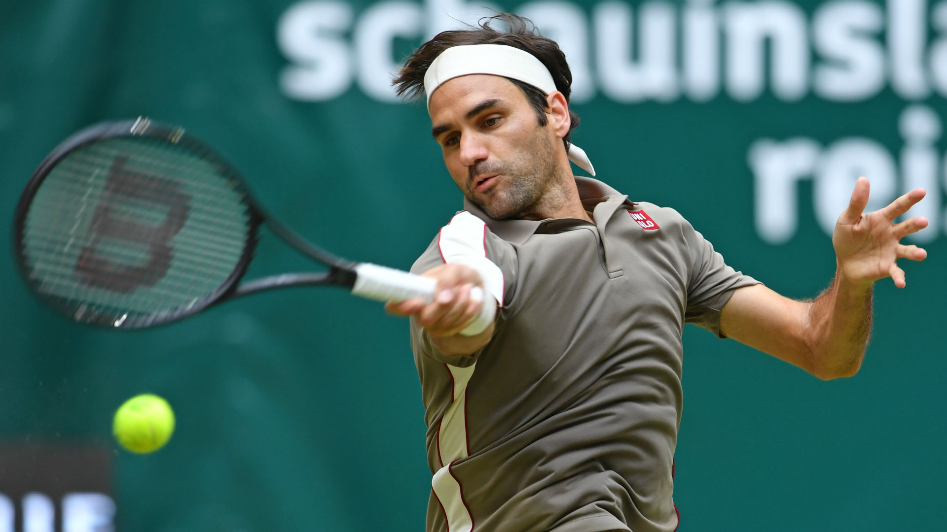 Jo-Wilfried Tsonga was unable to pull off a third consecutive win over Roger Federer as the top seed reached the last eight in Halle.