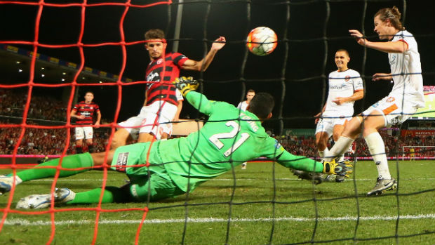 Dario Vidosic scores the Wanderers' extra-time winner against Brisbane.