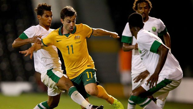 Gold Coast-born Socceroo Tommy Oar has signed with Brisbane Roar for the next two years.