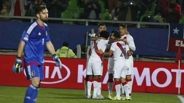 Perú venció a Venezuela y dejó al Grupo C en llamas