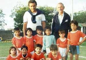 Un repaso por la vida de Messi y sus modificaciones en el físico. Aquí, una espectacular imagen de cuando no tenía más de seis años (el segundo parado, de derecha a izquierda).