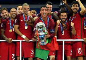JULI   Endlich schlagen wir Italien bei einem großen Turnier, wenn auch nur im Elfmeterschießen. Die Ernüchterung folgt aber dann mit dem Halbfinal-Aus gegen Frankreich. Portugal sichert sich den ersten EM-Titel, Bastian Schweinsteiger verkündet seinen...