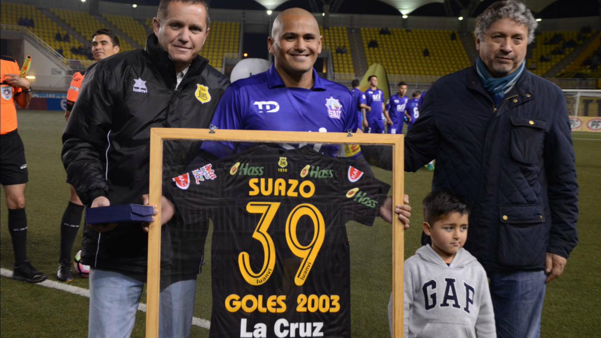 Chupete Suazo recibe homenaje y anota un gol en la Noche Canaria
