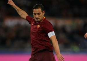 Francesco Totti es sinónimo de fidelidad a unos colores y de clase futbolística en sus 25 años defendiendo la camiseta de la Roma.