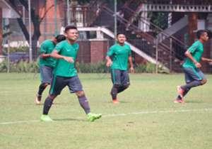 Banyak buang peluang. Timnas Indonesia U-22 akhirnya menang 2-1 atas Persita meski banyak buang peluang.