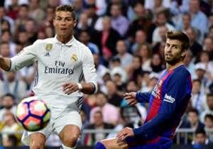 Real Madrid y Barcelona se enfrentaron este domingo en un Clásico que será recordado por mucho tiempo. En esta galería repasamos las controversias más recordadas de los Madrid - Barça.