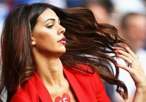 Erjona Sulejmani, la reina de la Euro, se despide. La mujer del futbolista suizo Dzemaili ya no asistirá a más partidos de esta Eurocopa después de que su pareja fuera eliminada el sábado ante Polonia.