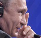 ► Crianças tocam taça da Copa na Rússia