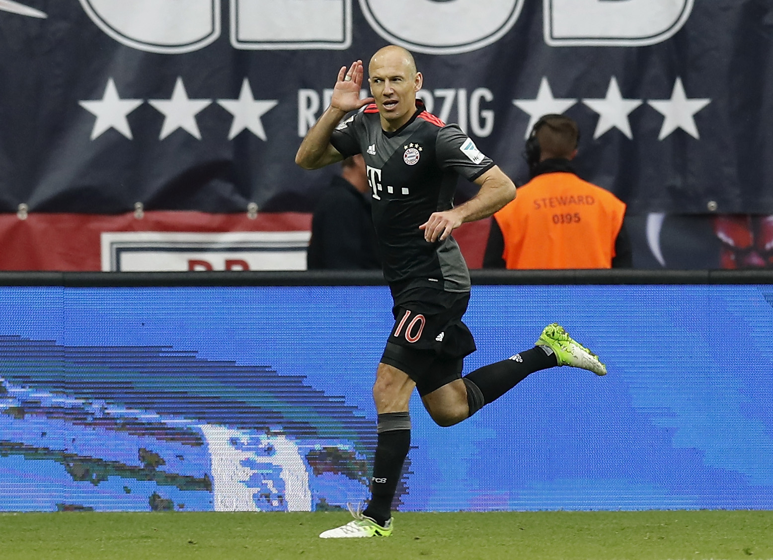 Bayern remontó a Leipzig con agónico gol de Robben