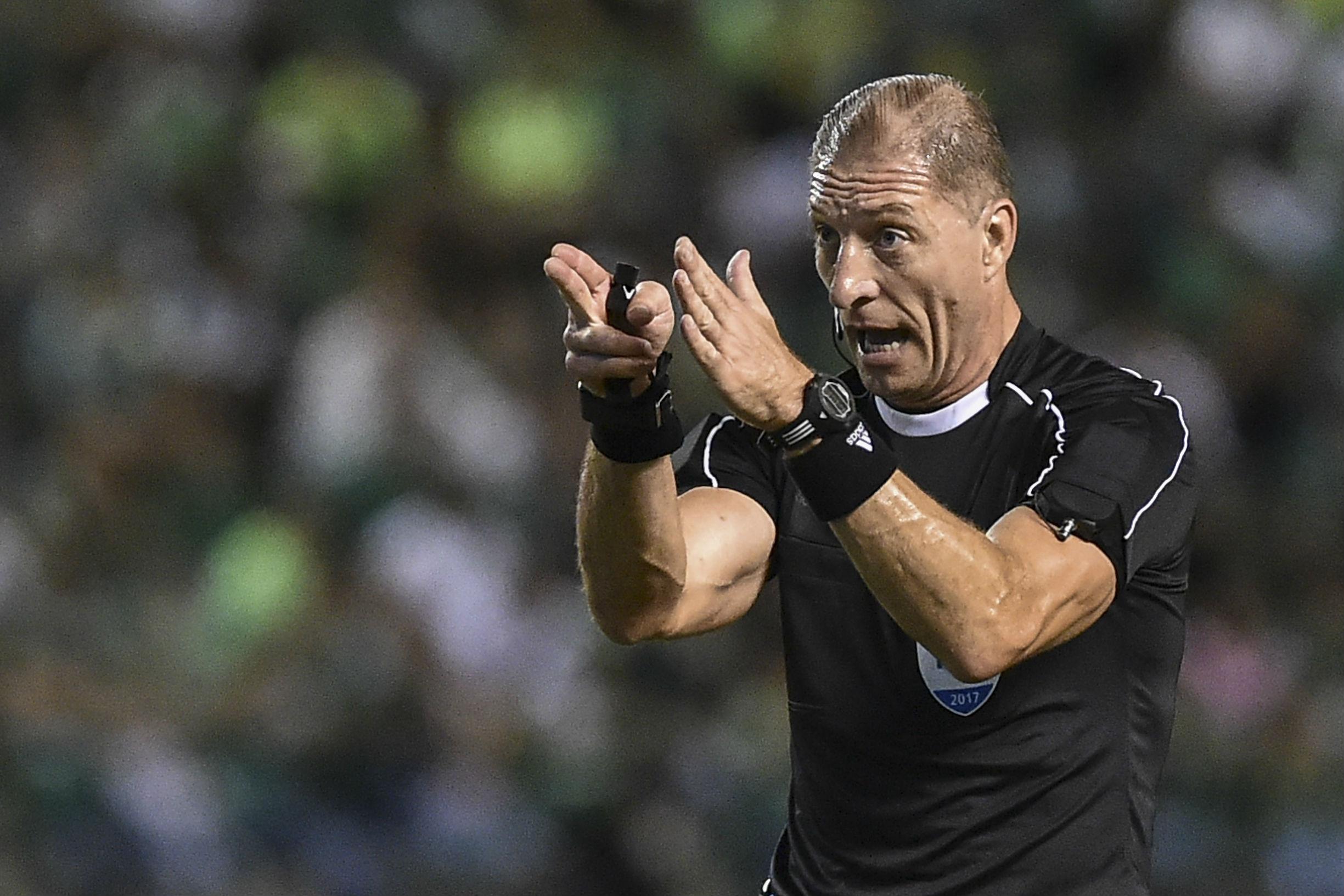 Néstor Pitana será el árbitro para el partido entre Chile y Paraguay