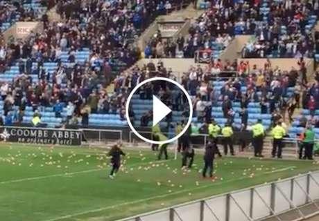 ► Fans del Coventry lanzan puerquitos