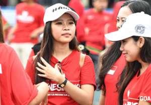 Fans Indonesia dan Thailand memperlihatkan kebersamaan dan semangat yang luar biasa dalam mendukung tim kesayangan di laga pembuka SEA Games 2017.