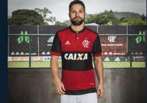 Flamengo apresenta novos uniformes, inspirados nos modelos dos anos 80