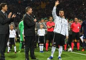 Lukas Podolski saluta, dopo 130 presenze, la Nazionale tedesca. L'attaccante campione del mondo, chiude alla grande con un super goal contro l'Inghilterra. Ecco le più belle immagini della sua partita di addio.