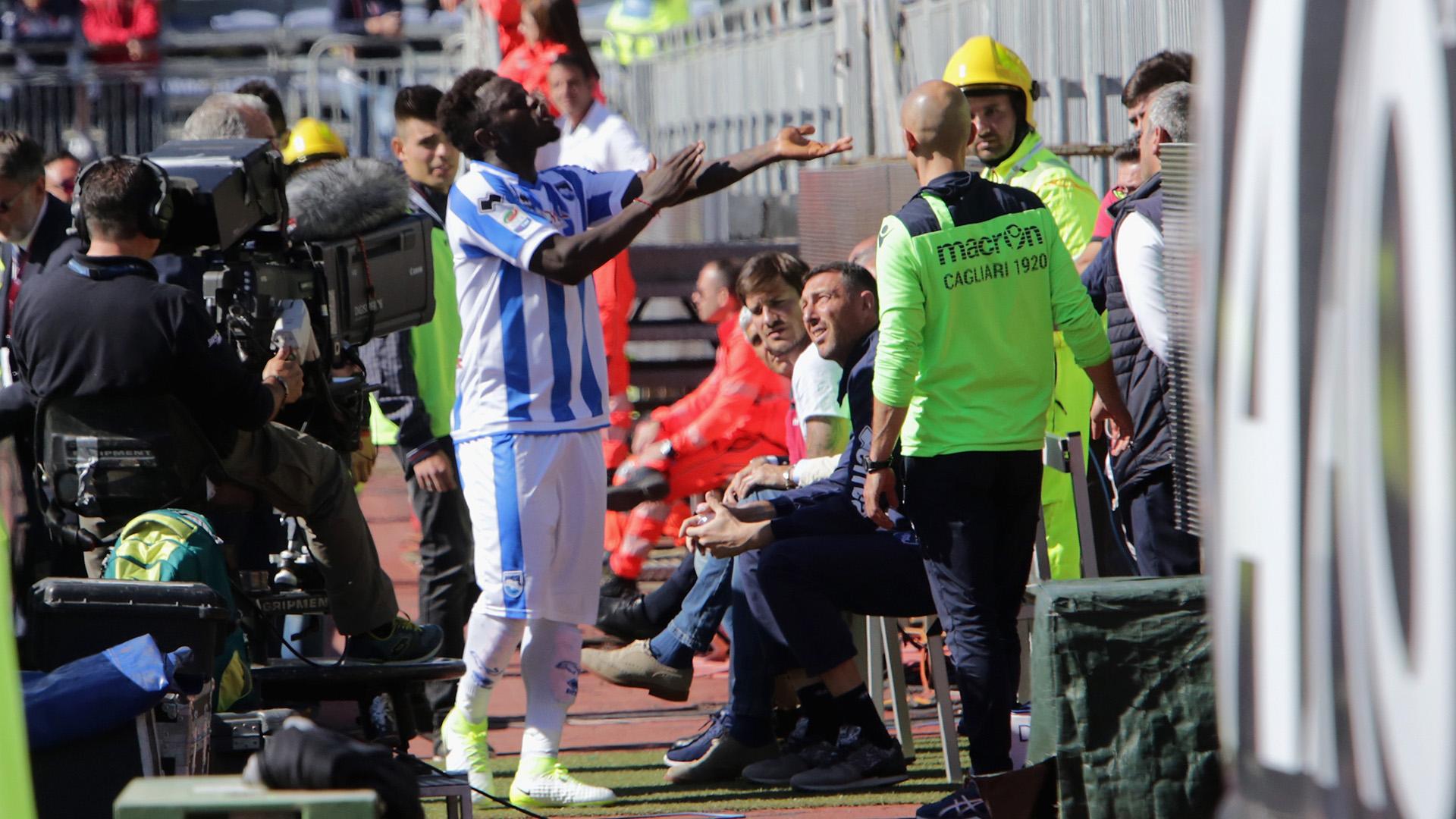 Cagliari-Pescara, cori razzisti contro Muntari: il ghanese abbandona il campo