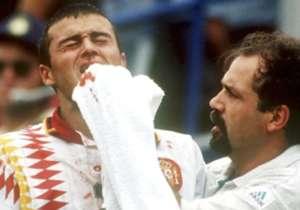 In quella Spagna c'era Pep Guardiola in panchina... ma ovviamente come giocatore, a disposizione del CT Clemente. In campo c'era invece tra gli altri Luis Enrique, che nel finale di gara in un contrasto con Tassotti subì una gomitata che gli causò la f...