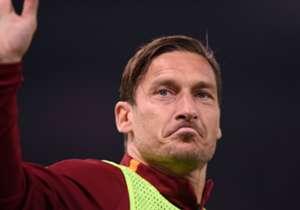 Domenica Francesco Totti indosserà per l'ultima volta la maglia della Roma: ripercorriamo in scatti il percorso da calciatore del 10 giallorosso.