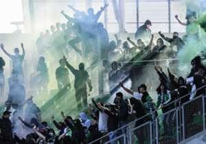 Das Spiel zwischen Saint-Etienne und Rennes sollte eigentlich als Geisterspiel stattfinden. Doch mehr als tausend teils vermummte Saint-Etienne-Ultras stürmten kurzerhand das Stadion - und sorgten für irre Szenen!