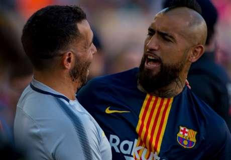 El afectuoso saludo entre Vidal y Tevez