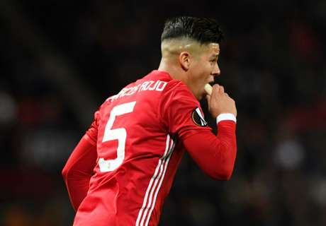 'Crazy' Rojo eats banana during game