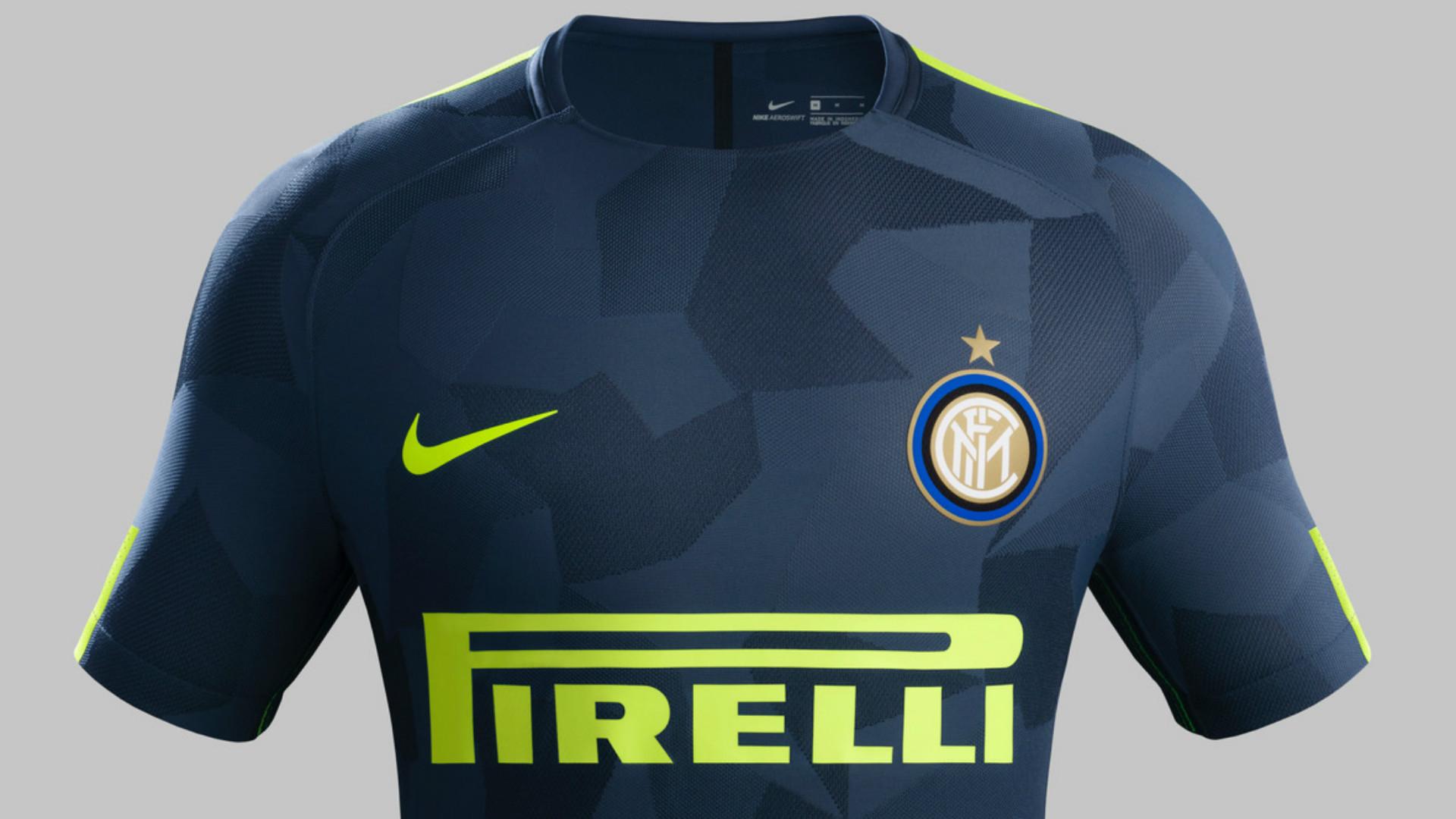 Serie A, Inter e Roma presentano le terze maglie. Che sono identiche