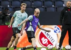 Ajax trainde dinsdagavond ter voorbereiding op de Europa League-finale tegen Manchester United van woensdag in de Friends Arena. Voor de spelers was het vooral een kennismaking met de ondergrond in het Zweedse onderkomen.