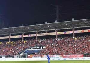 Fans Indonesia dan Vietnam memperlihatkan totalitas dalam memberi dukungan pada sebuah duel menegangkan yang berakhir imbang tanpa gol di Stadion MP Selayang, Malaysia. Ikuti keseruannya.