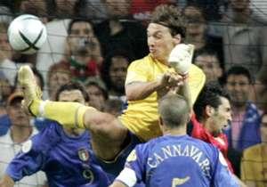 Il 18 giugno di 12 anni fa, Italia e Svezia si affrontarono nella 2^ giornata degli Europei. Finì 1-1 e Ibrahimovic si rivelò per la prima volta al pubblico italiano. Che fine hanno fatto i protagonisti di quella partita? Scopritelo insieme a noi.