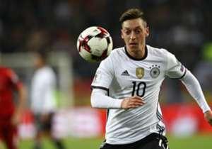 MESUT OZIL | Bisa memilih antara Jerman atau Turki, pemain Arsenal ini memutuskan memperkuat negara kelahirannya.