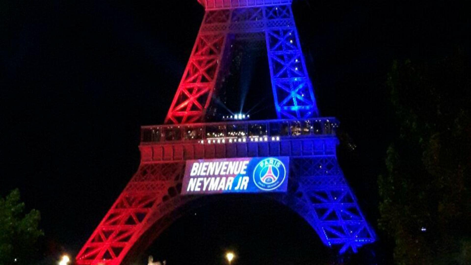 Torre Eiffel é iluminada em homenagem a Neymar: