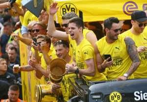 Da ist das Ding! Borussia Dortmund holt nach fünf Jahren erstmals wieder einen wichtigen Titel. Einen Tag nach dem Triumph im DFB-Pokalfinale steht die Ruhrmetropole Kopf. Hier sind die besten Bilder aus Dortmund.