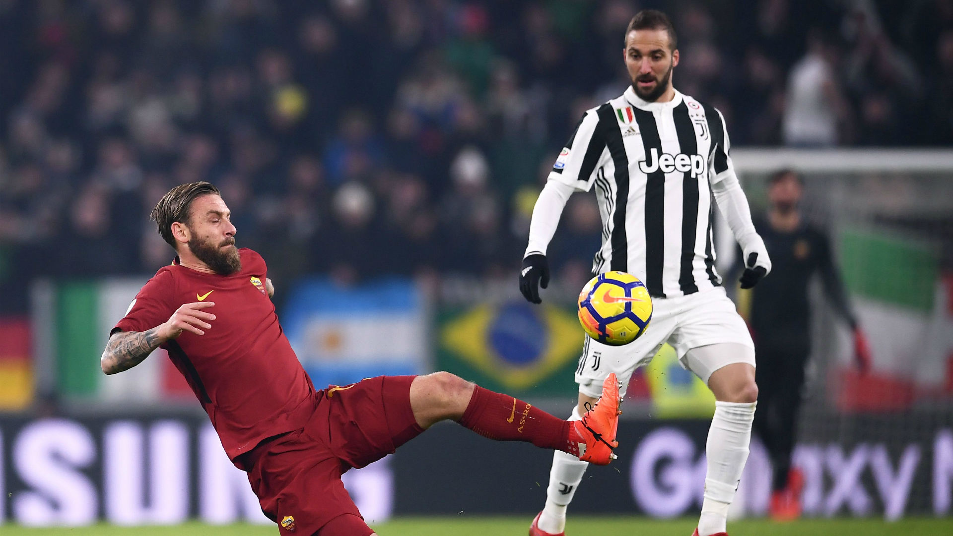 La Juventus derrota a la Roma (1-0) y el Inter tropieza en su visita al Sassuolo (1-0)