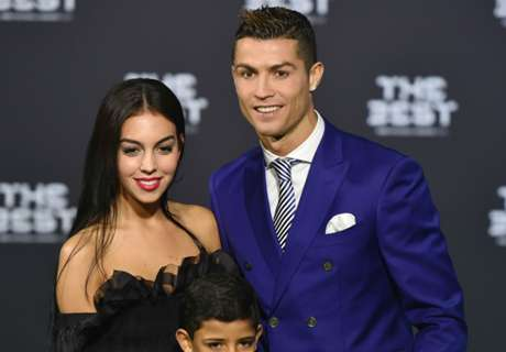 Ronaldo cozies up to model girlfriend