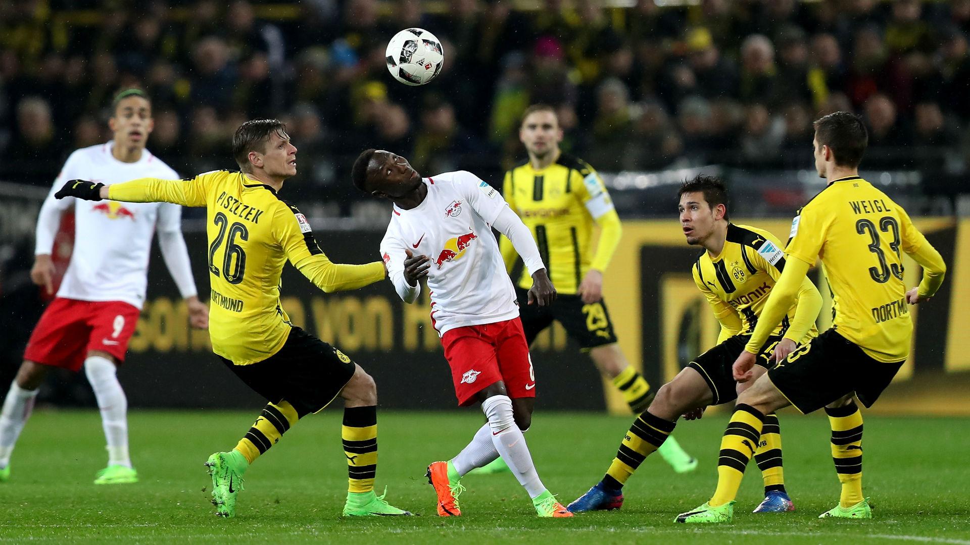 El Bayern no pasa del empate ante el Schalke (1-1) pero aprovecha la derrota del Leipzig en Dortmund (1-0)