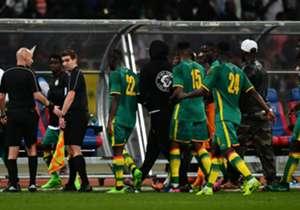 Insiden buruk mencoreng derby Afrika Barat, saat suporter Senegal dan Pantai Gading bentrok dan bahkan menyerang pemain, memaksa wasit menyudahi laga.