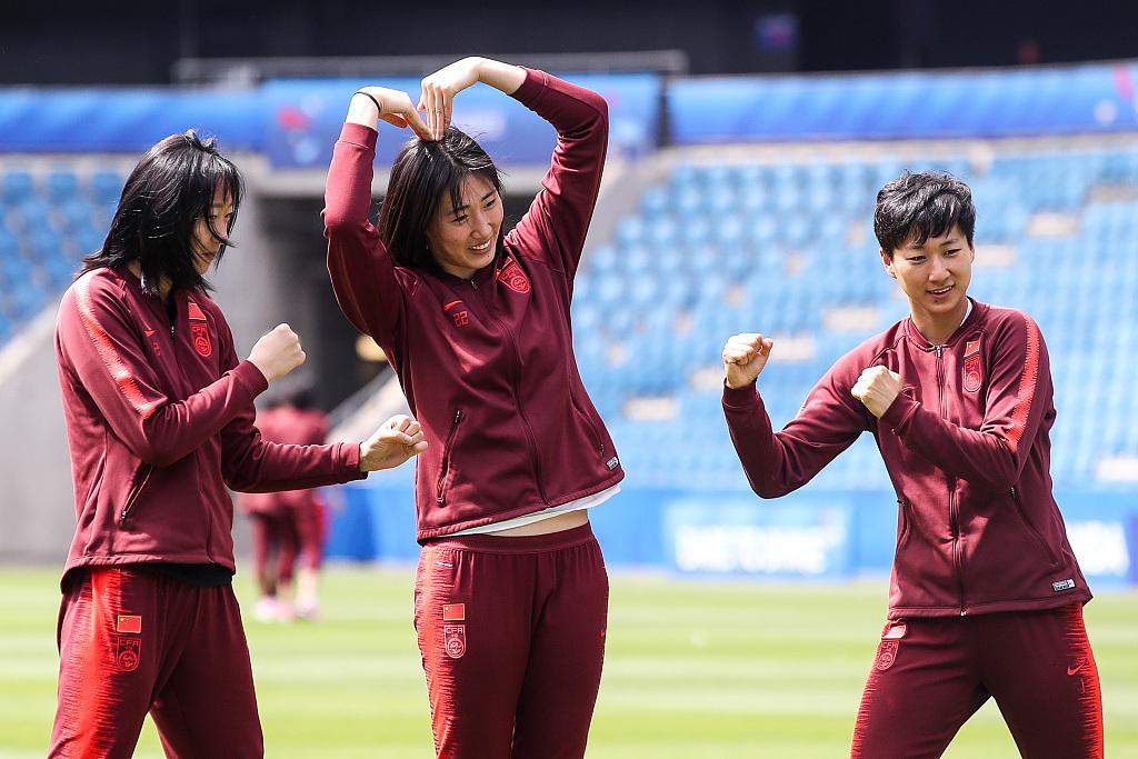 女足世界杯:赛前踩场女足姑娘花式凹造型