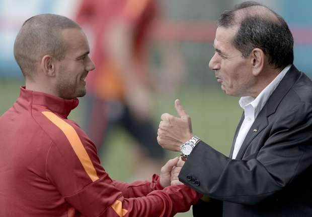 wesley-sneijder-dursun-ozbek-galatasaray_1himqzk4xr9q21hc42eu7e9os2.jpg