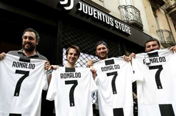 Ronaldo gifted Juventus No.7 shirt by Cuadrado