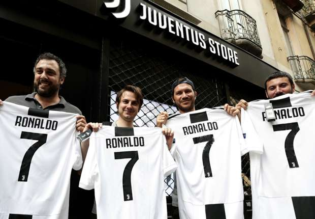 994c64134 Cristiano Ronaldo to Juventus  CR7 gifted No.7 shirt by Juan ...