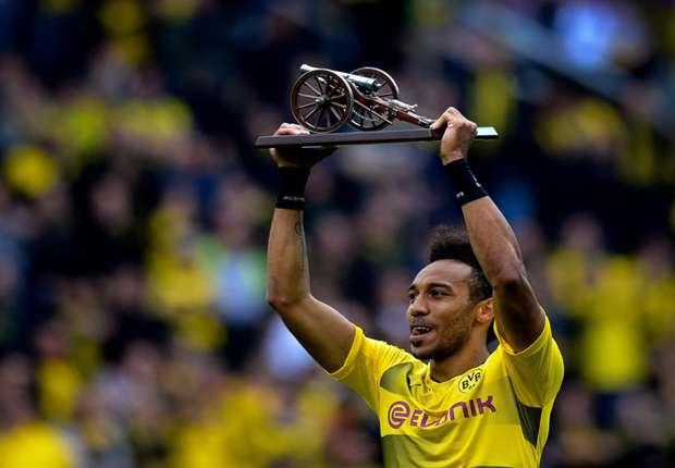 aubameyang shows his top goals scorer award 15yopukhvjuyb13wi8az807a01