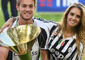 Grandi festeggiamenti per la Juventus dopo la conquista del sesto Scudetto consecutivo: bianco, nero e rosa, con figlie, compagne e fidanzate sul terreno di gioco