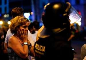 """لقى 13 شخصًا مصرعهم، وجرح العشرات بعد أن دهست شاحنة حشدًا من الناس في شارع """"رامبلاس"""" السياحي في برشلونة. وانهالت التعازي من أندية العالم لبرشلونة، بالإضافة إلى اللاعبين، فيما أعلن النادي الكتالوني الحداد."""