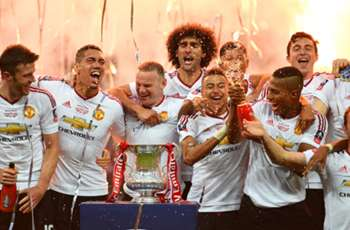 Schweinsteiger and FA Cup left out of Man Utd team photo