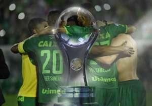 Luego del accidente aéreo que le costó la vida a 71 personas y del pedido formal de Atlético Nacional, Conmebol decidió entregarle el título de la Copa Sudamericana a Chapecoense y en Goal repasamos el camino del equipo brasileño rumbo a la gloria eterna.
