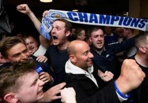Grâce au match nul de Tottenham à Chelsea (2-2), les hommes de Claudio Ranieri ont décroché le premier titre de champion de Premier League de l'histoire. Zoom sur les festivités lundi soir.
