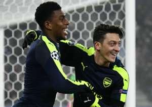 Alex Iwobi (l.) versteht sich gut mit Mesut Özil