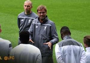 Jürgen Klopp geht den Gameplan vor dem Spiel durch